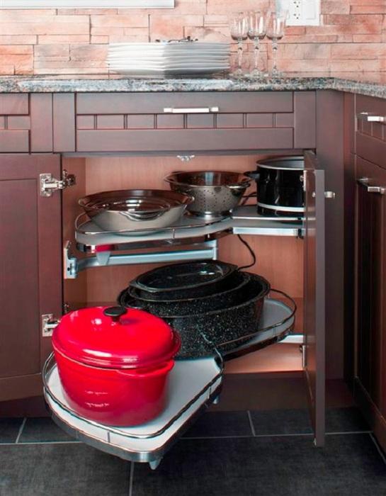Хороший вариант оформления шкафа в котором очень комфортно размещать габаритную посуду, что сэкономит пространство на кухне.