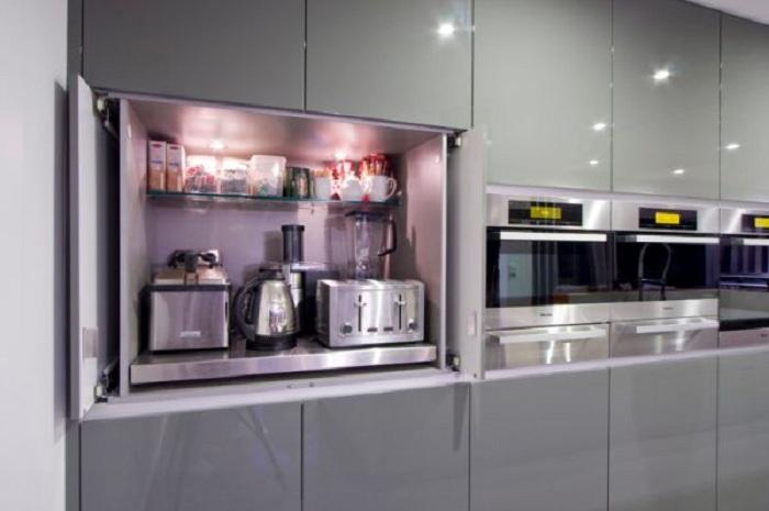 Отменный вариант оформить кухню в серых тонах, что создаст прекрасную и интересную атмосферу в доме.