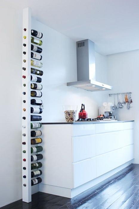 Интересный вариант для хранения вина на кухне, то что станет просто прекрасным дополнения к интерьеру.