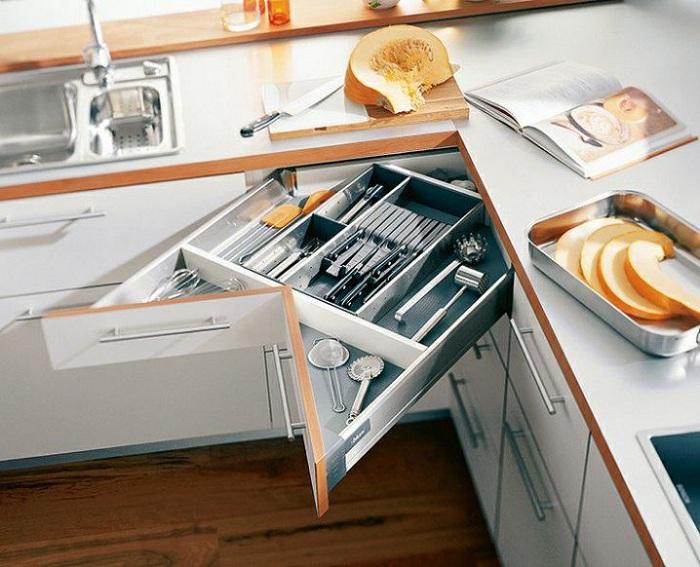 Интересный выдвижной ящик кухонного стола, который выглядит очень нестандартно и непросто.