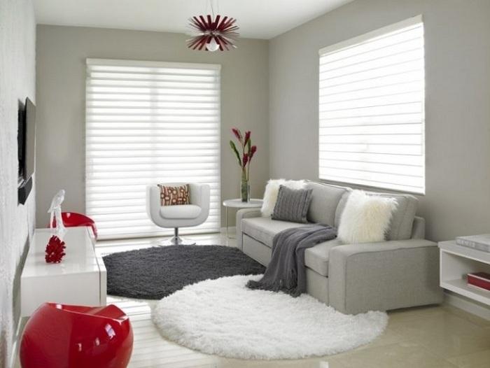Интерьер крохотной гостиной организован в бело-серых тонах и преображен за счет освещения.