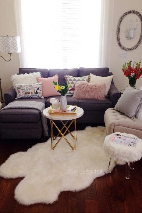 Интересное решение декорировать интерьер гостиной с крохотной площадью благодаря умелому подбору мебели.