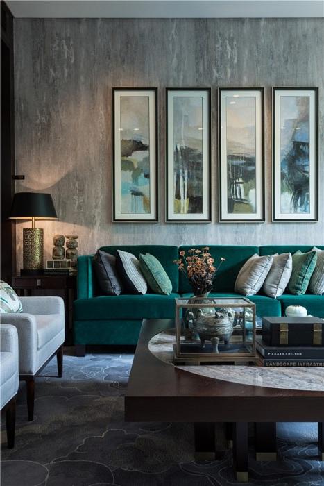 Невероятные глубокие оттенки зеленого в крохотной гостиной.