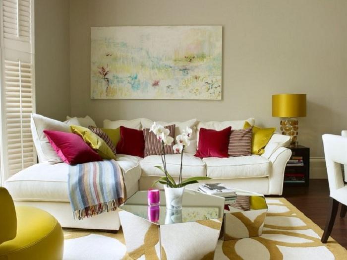Яркая и теплая гостиная с броскими штрихами.