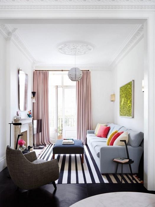 Полосатый ковер позволит расширить пространство гостевой комнаты.