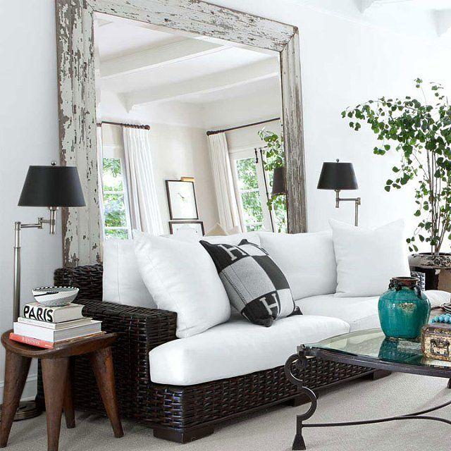 Большое зеркало способно визуально увеличить даже самую маленькую гостиную.