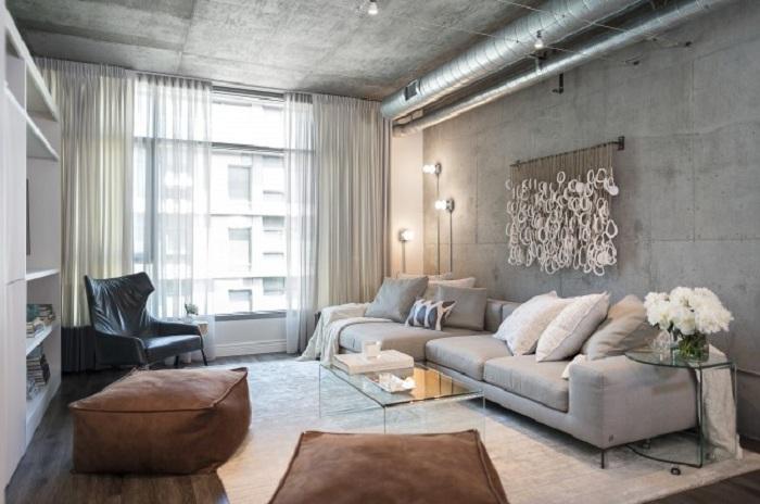 Светлая гостиная с темными штрихами визуально увеличивается с помощью света.