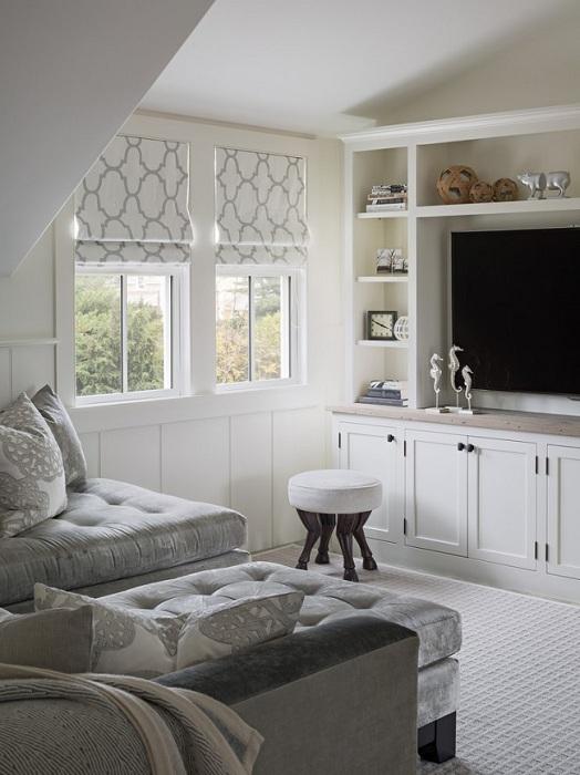 Минимальное количество предметов в комнате и светлые тона визуально увеличат гостиную.