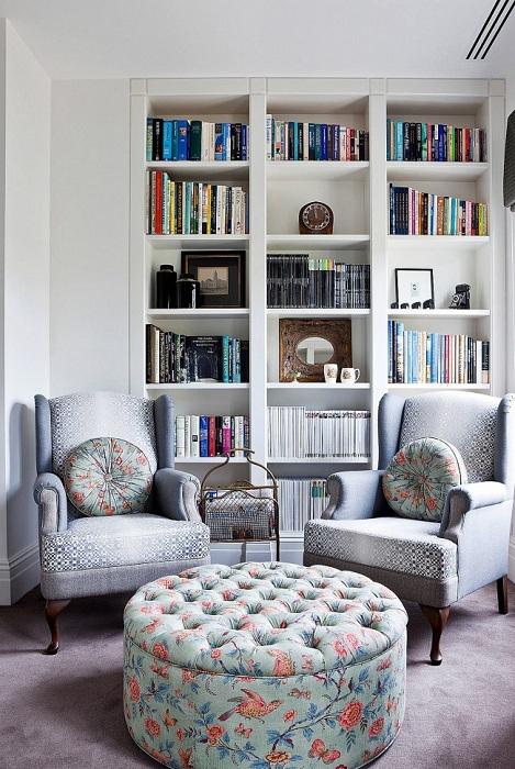 Маленькая гостиная с оригинальным большим пуфом с легкостью заменит журнальный столик.