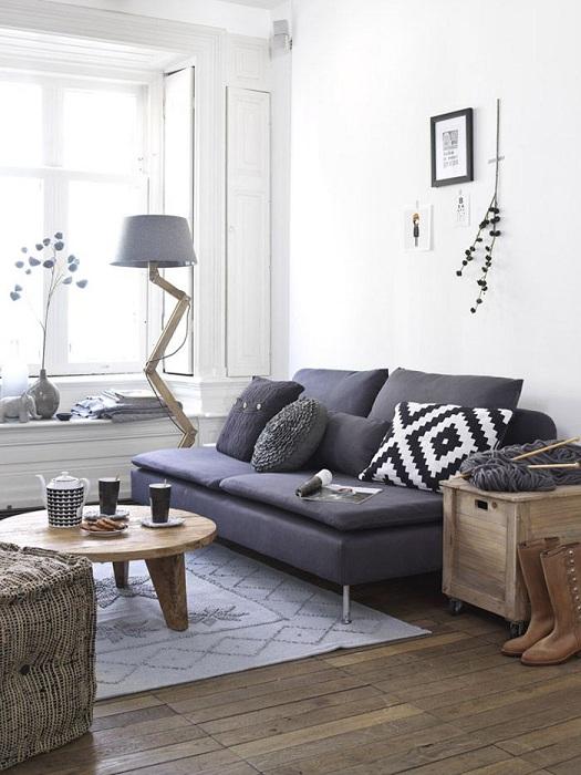 Яркие оригинальные акценты разбавят интерьер белой гостиной.