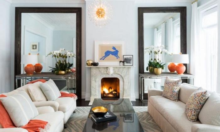 Симметричное размещение зеркал в гостиной расширит горизонты комнаты.