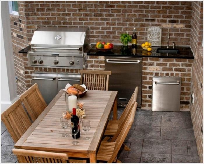 Кухня оформлена при помощи кирпичной кладки, что понравится и вдохновит.
