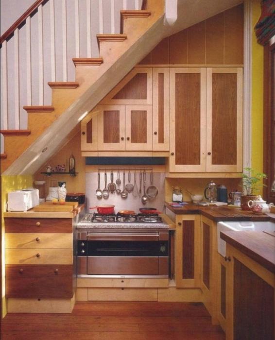 Милое пространство под лестницей, которое выглядит оптимально и практично.