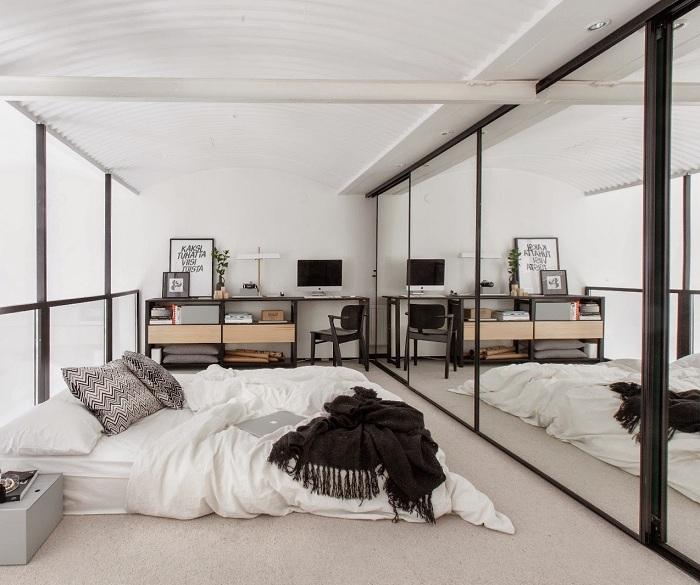 Черно-белый интерьер спальной выглядит очень симпатично и впечатляюще.