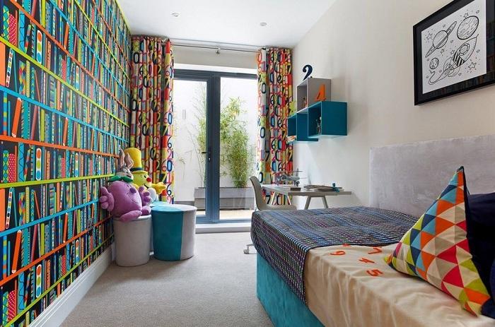 Отличное решение для создания яркого интерьера спальной с помощью контрастных обоев.