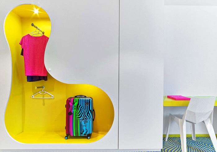 Удачный вариант обустроить место для хранения одежды в ярких тонах.