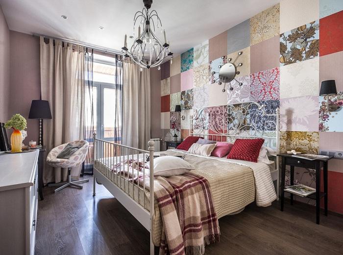 Очень уютный интерьер создан с помощью необычных обоев, которыми украшена стена в спальной.