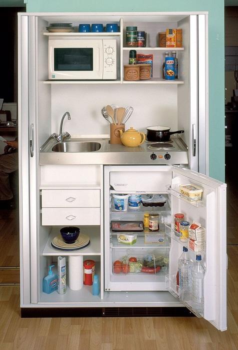 Преобразить интерьер кухни возможно благодаря отменному декорированию её с помощью шкафа.
