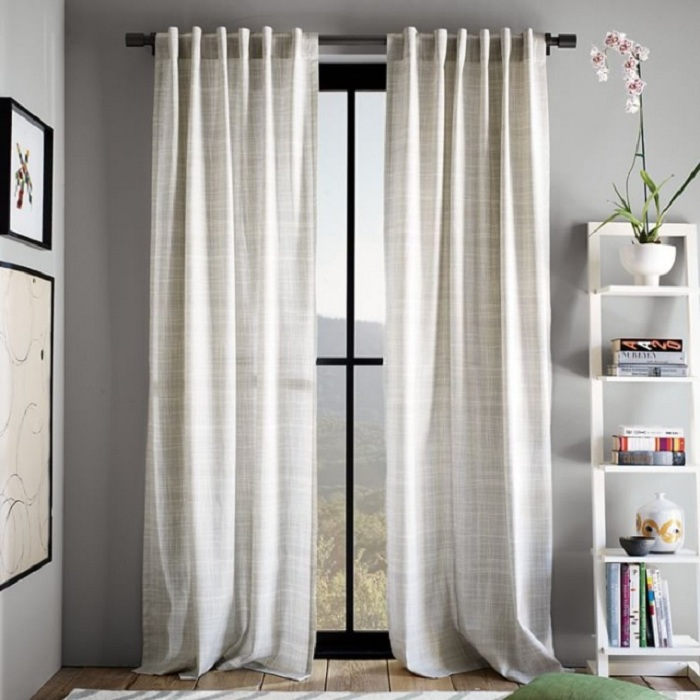 Выбрать шторы такого же цвета, как и стены.