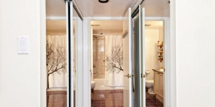 Размещение зеркал у окна поможет зрительно расширить площадь комнаты.