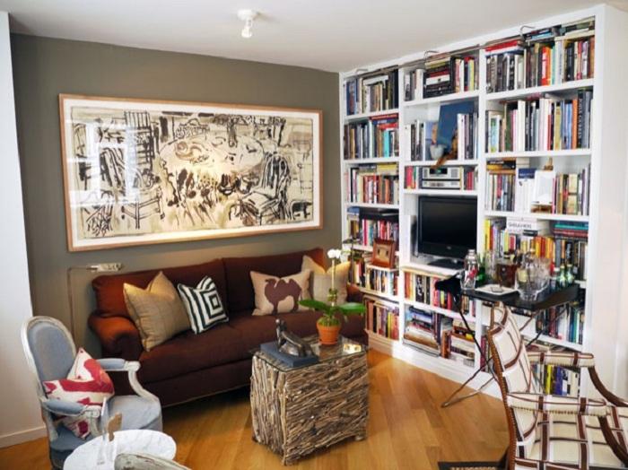 Книжная полка - отличный способ сэкономить пространство.