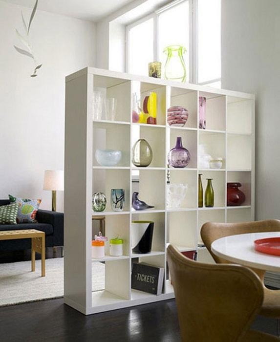 Пустые полки, создадут ощущение легкости и уюта в комнате.