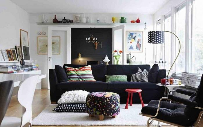 С мебелью у стен создастся ощущение маленького помещения.