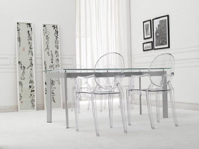 Обеденный стол из стекла и прозрачные стулья являются отличным решением.