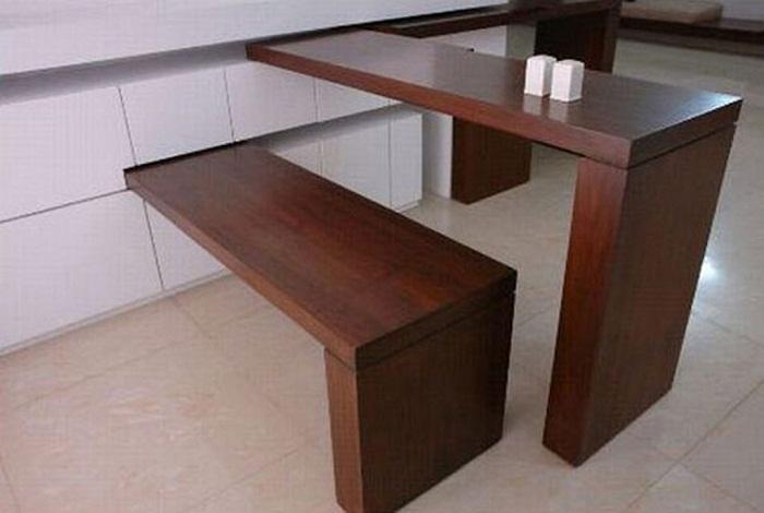 Отменный интерьер возможно создать с помощью размещения деревянного стола и лавки.