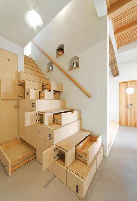 Оригинальная деревянная лестница, которая позволит максимально удачно и экономно использовать пространство.