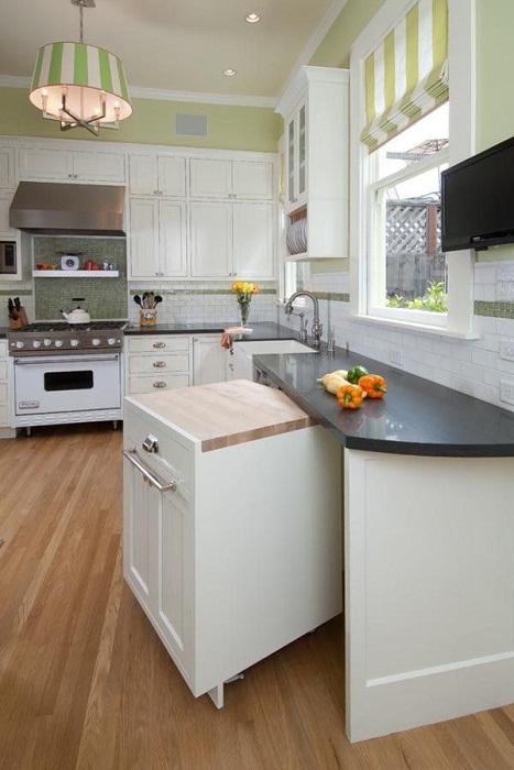 Удачное решение создать такой крутой выдвижной столик на кухне.