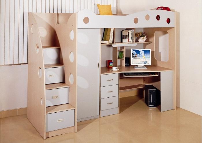 Отличный интерьер создан благодаря экономному использованию пространства в спальной.