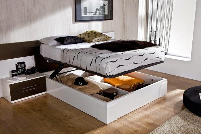 Нужные вещички удобно хранить в нише под кроватью, что позволит удачно использовать полезную площадь.
