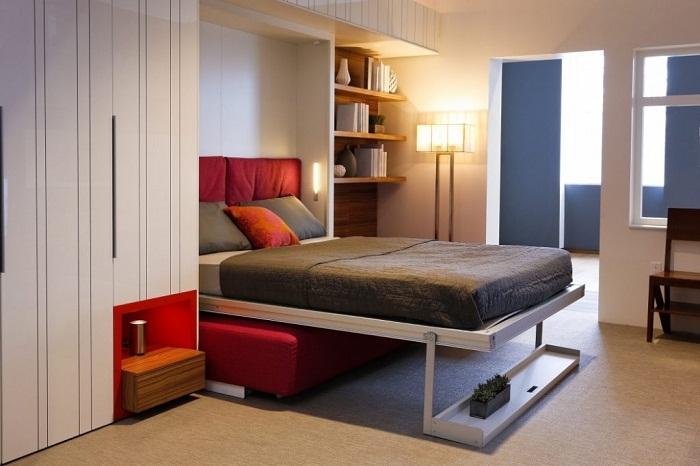 Креативная организация пространства для отдыха создана с помощью откидной кровати.