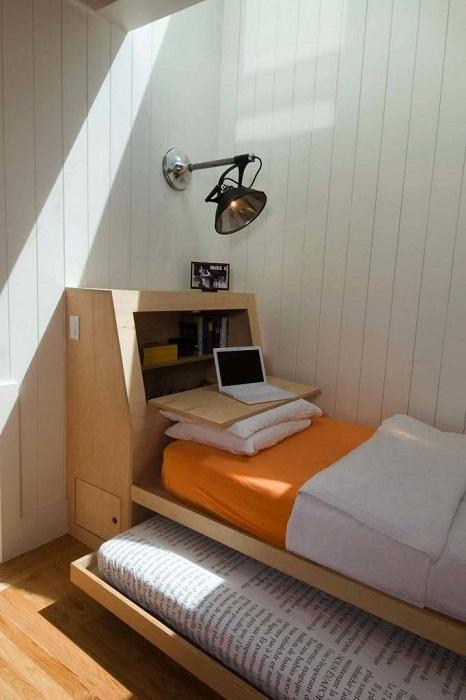 Прекрасное решение для оформления рабочего пространства прям на кровати в спальной.