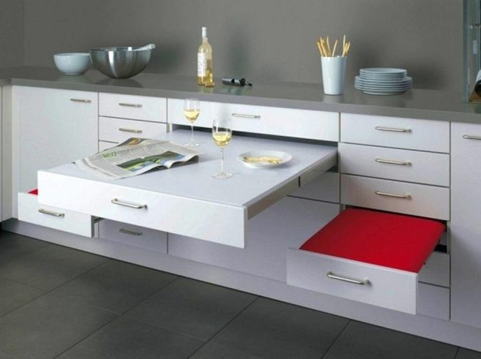 Оригинальный и удивительный интерьер кухни создан благодаря такому непростому столику со стульями.