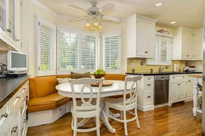 Возможно сэкономить пространство на кухне, при помощи удачного встроенного диванчика.