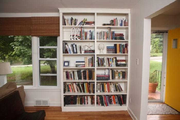 Размещение прекрасного встроенного книжного шкафа, станет лучшим решением для декора комнаты.