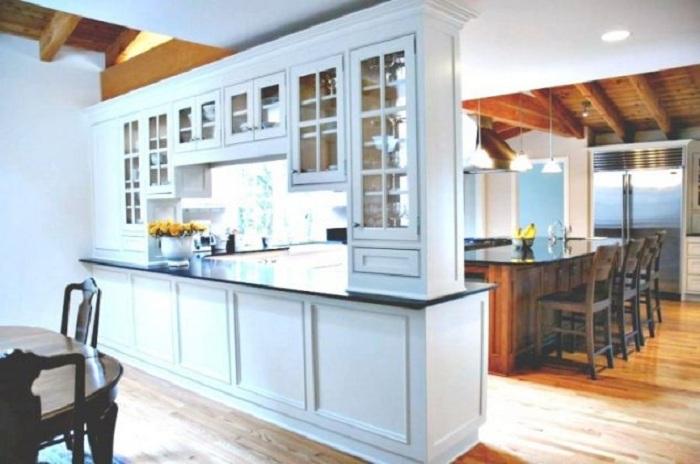 Хороший вариант создать перегородку в виде шкафа, что станет просто оптимальным решением для декора.