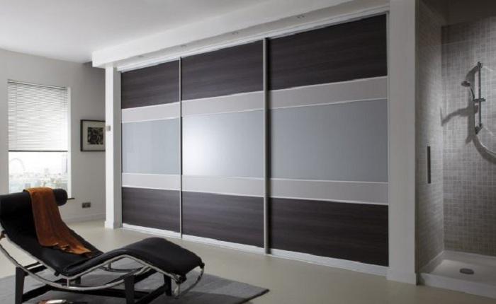Площадь комнаты заметно увеличится благодаря такому встроенному шкафу, что оптимизирует пространство.