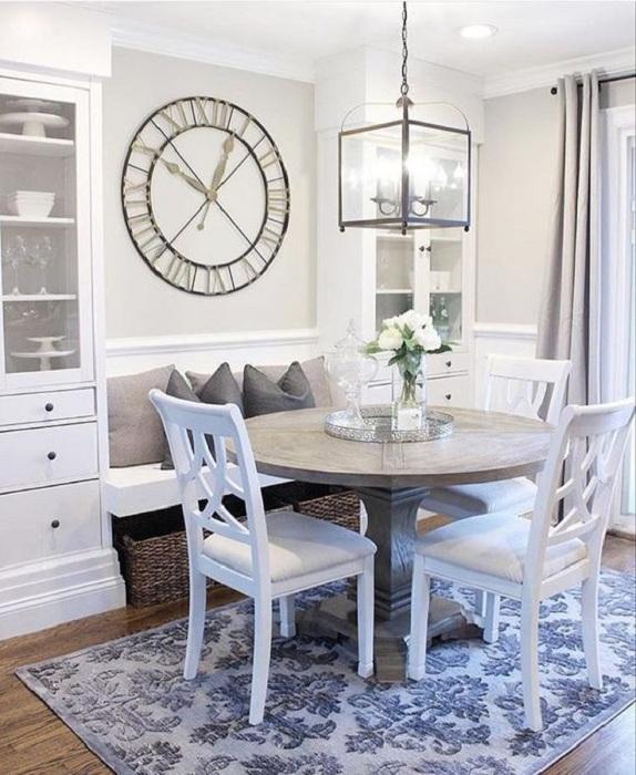 Комната сбалансировано оформлена благодаря встроенному диванчику, при помощи которого создано дополнительное пространство.