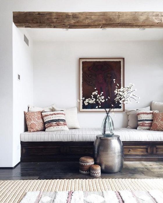 Удачный вариант оформления комнаты с встроенным диванчиком, что создаст уют.