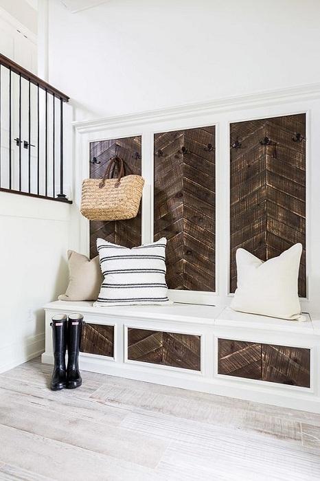 Хороший вариант оформить пространство прихожей очень просто и комфортно, что создаст теплую обстановку.