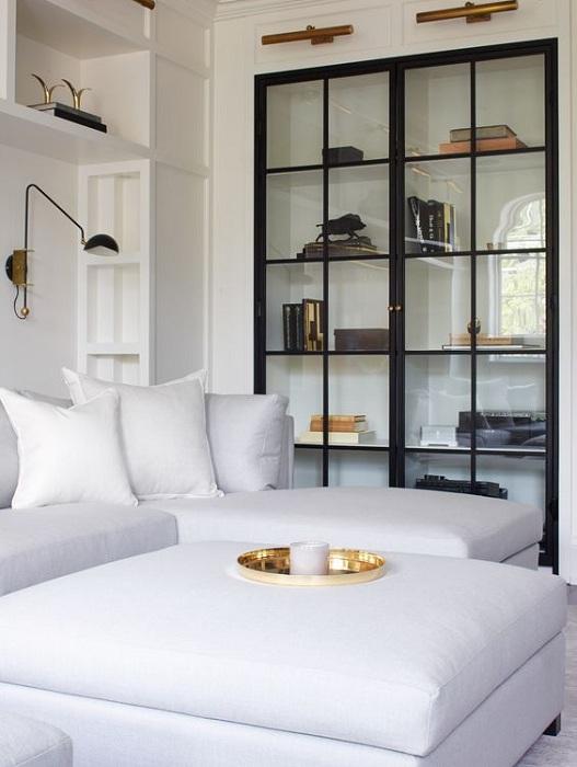 Стеклянный встроенный шкаф, который заметно преображает интерьер комнаты.