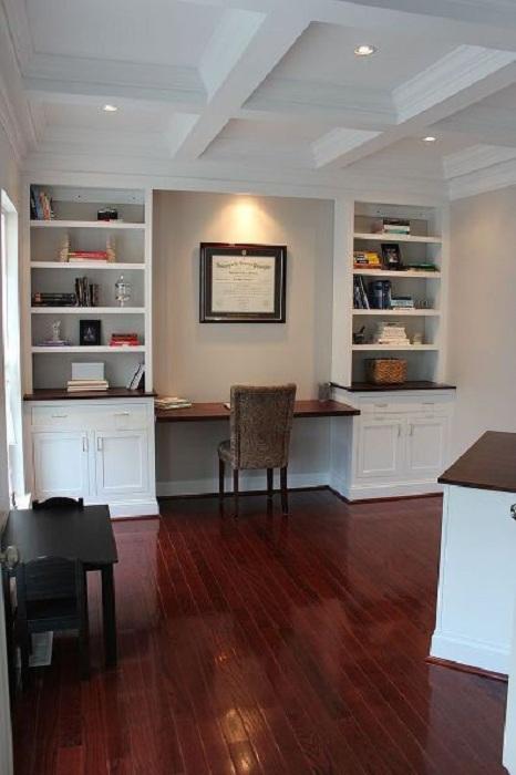 Оптимальное оформление встроенного рабочего места, что оптимизирует пространство дома.