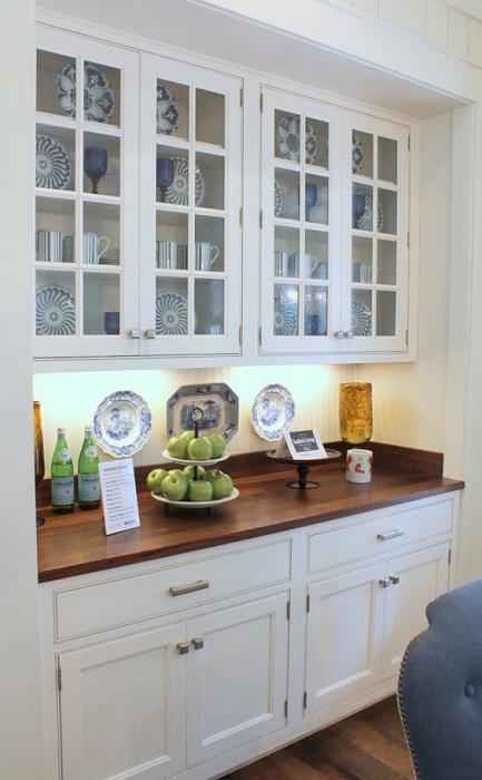Оформление кухни в скандинавском стиле с интересным встроенным шкафом.