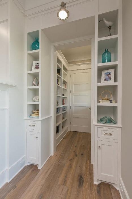 Встроенные шкафы в прихожей, что заметно оптимизируют пространство.