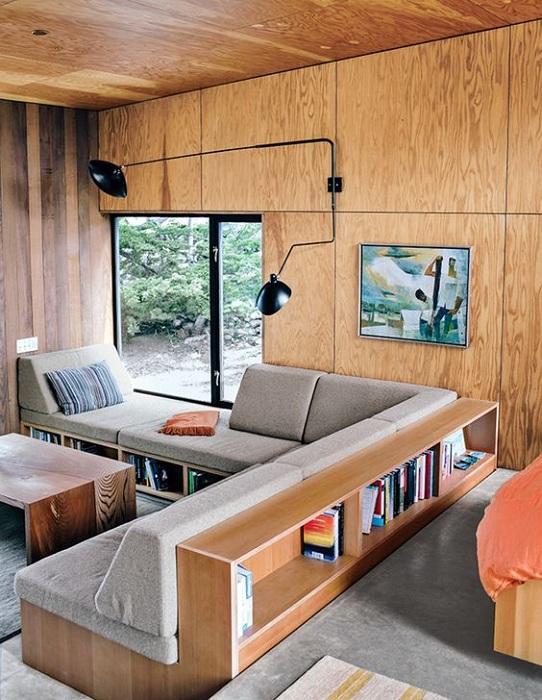 Гостиная облагорожена при помощи оригинального встроенного дивана.