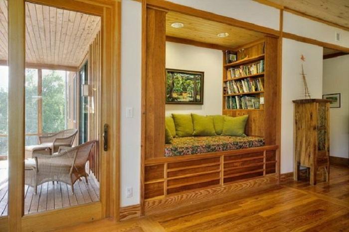 Интересный вариант оформления встроенного диванчика в комнате, что станет находкой.