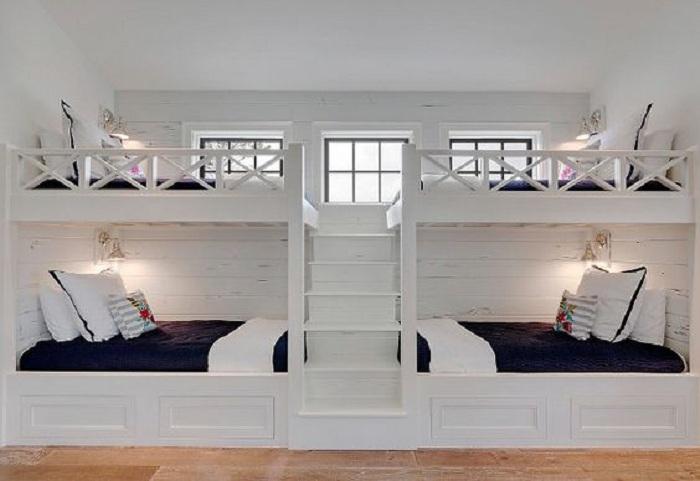 Оптимизация пространства за счет встроенных кроватей, что выглядят определенно атмосферно.